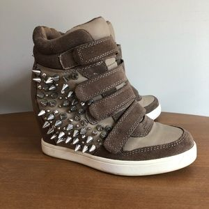 Also spike wedge sneakers